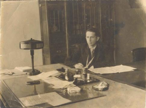 Б.В.Проскуряков в своём кабинете