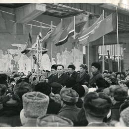 Митинг на ГЭС в честь 20-летия Сталинградской битвы. Зажжен факел от искры Волжской ГЭС.